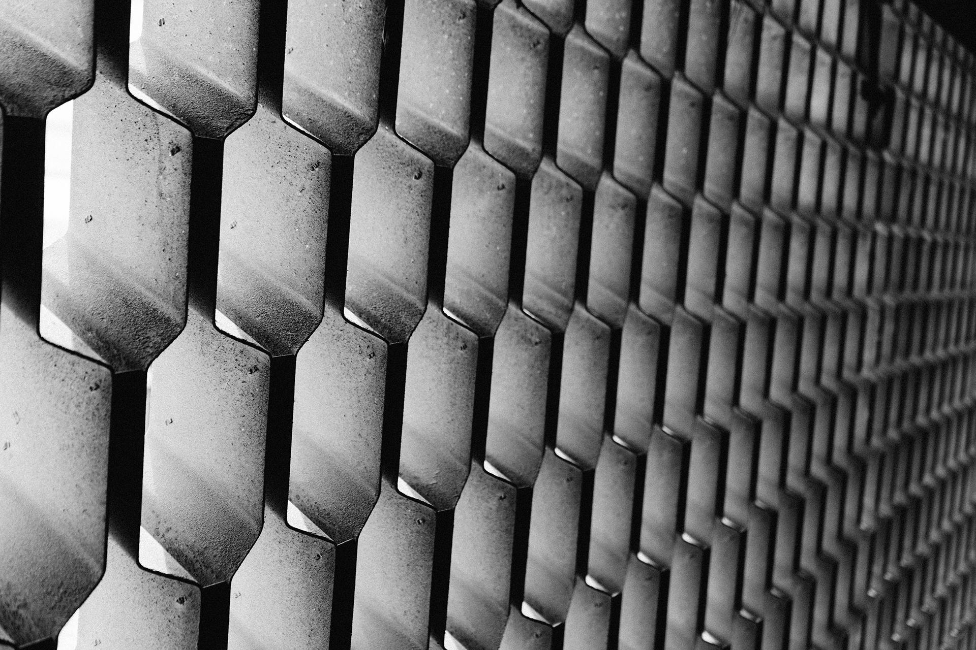 metal, padrão, colméia, buracos, em preto e branco - Papéis de parede HD - Professor-falken.com