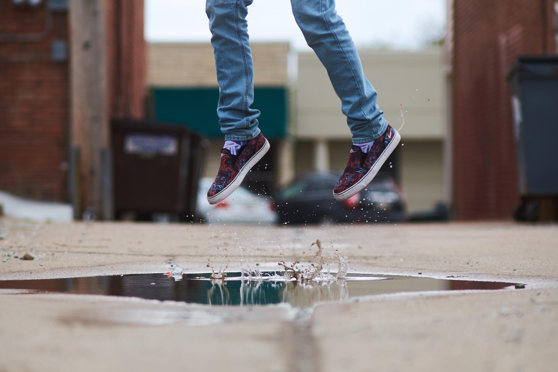 sauter, flaque d'eau, chaussures, jambes, boue, Jeans/Pantalons - Fonds d'écran HD - Professor-falken.com