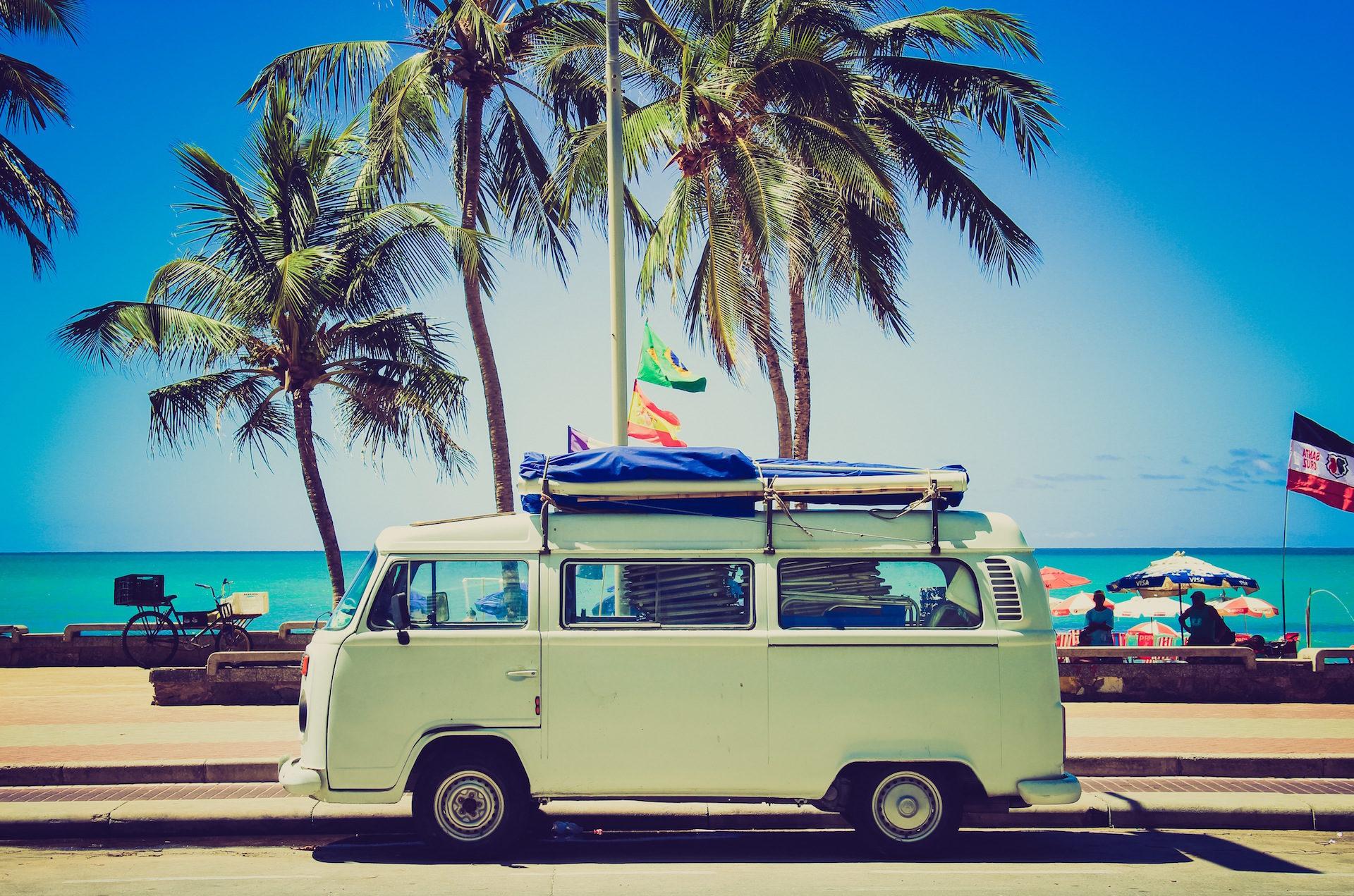 playa, furgoneta, palmeras, banderas, cielo - Fondos de Pantalla HD - professor-falken.com