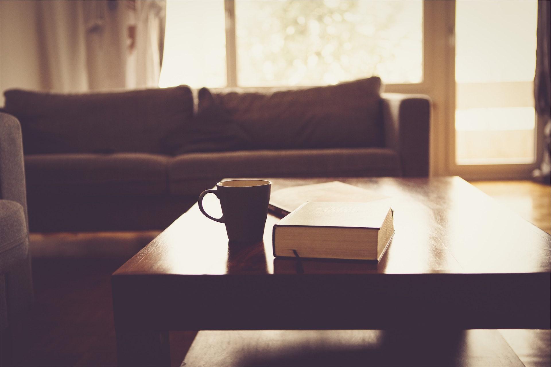 杯, 书, sofá, 表, 房间 - 高清壁纸 - 教授-falken.com