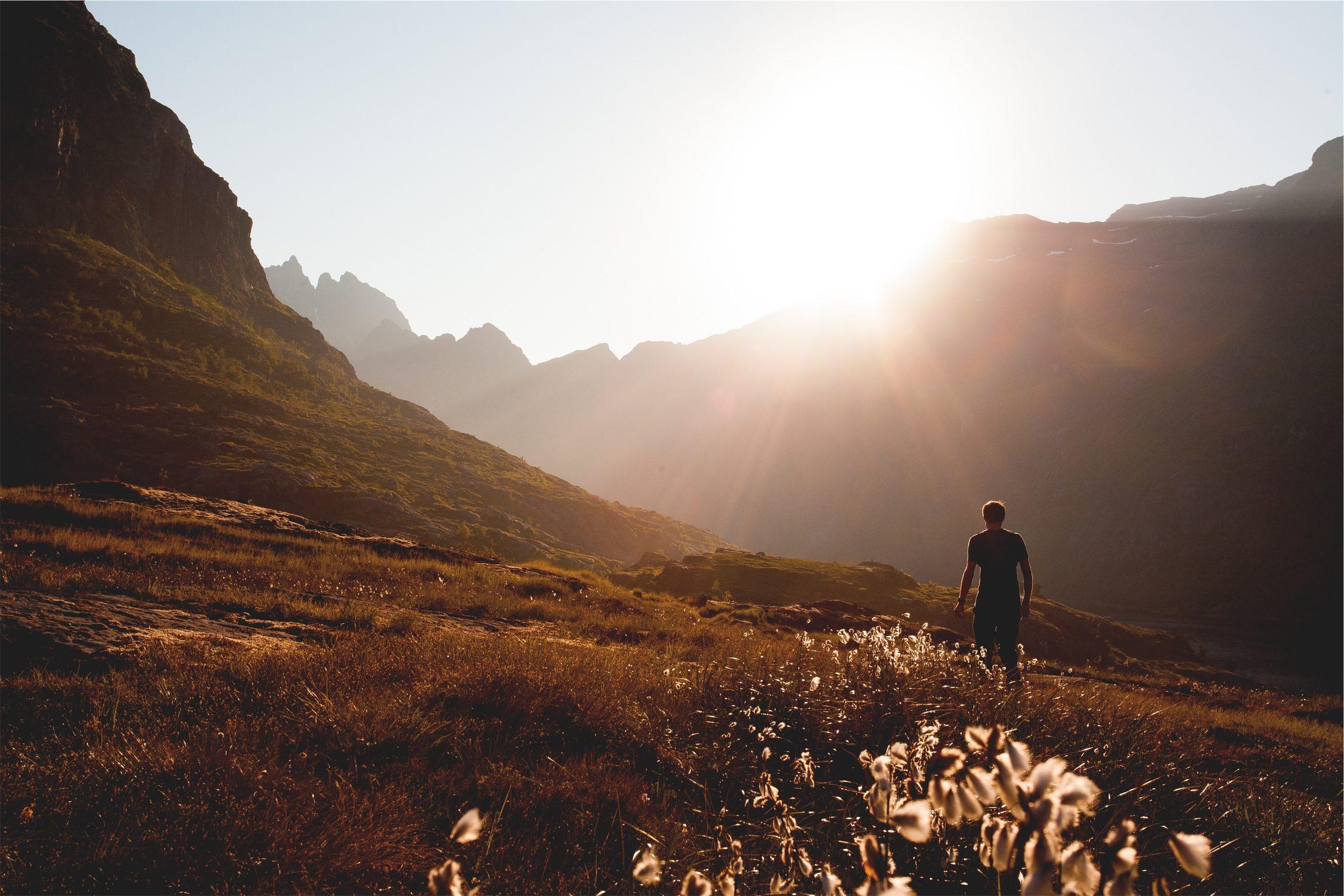 सूर्य, Pradera, आराम, आदमी, Montañas - HD वॉलपेपर - प्रोफेसर-falken.com